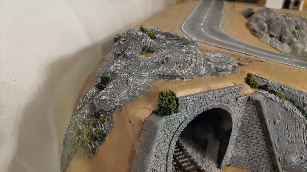 Горы над однопутным туннелем